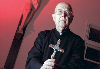 Padre exorcista do Vaticano afirma que yoga e Harry Potter são satânicos